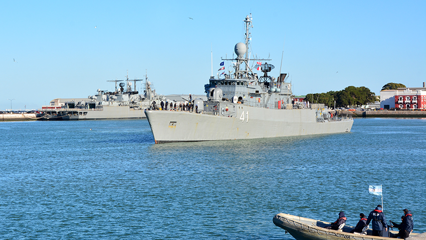 """La corbeta ARA """"Espora"""" zarpó de Puerto Belgrano"""